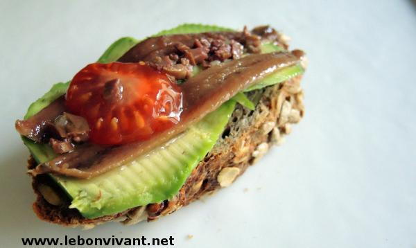 Avocado-mit-Sardellen-und-schwarzer-Oliven-Vinaigrette_Aguacate-con-anchoas-y-vinagreta-de-aceitunas-negras